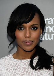 Kerry Washington kept her beauty look evening appropriate with a darker pink lip gloss.