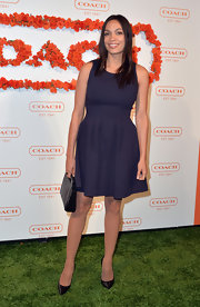 Rosario Dawson kept her evening look sleek and classic with this fitted navy dress with a full skirt.
