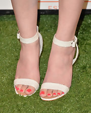Hailee Steinfeld kept her evening look classic and chic with a pair of white evening sandals.