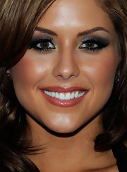 Brittany Palmer showed off her silver metallic shadow which she highlighted with green on the inner corners.