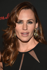 Jennifer Garner made a glamorous appearance at the Save the Children Illumination Gala wearing this long curly 'do with side-swept bangs.