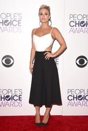Kaley Cuoco-Sweeting looked super cool on the People's Choice Awards red carpet in a black-and-white Peggy Hartanto midi jumpsuit featuring sexy side cutouts and a flared silhouette.
