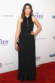 Mandy Moore complemented her gown with a black satin clutch by Tyler Ellis.