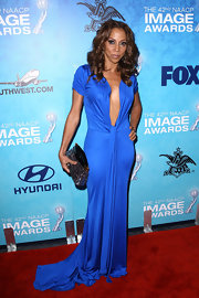Holly Robinson Peete added sparkle to her dramatic blue gown with a multicolored sequin clutch.