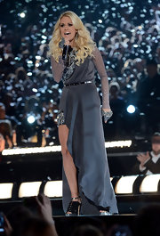 Carrie looked perfectly dressed for the stage in this dramatic gunmetal gown.