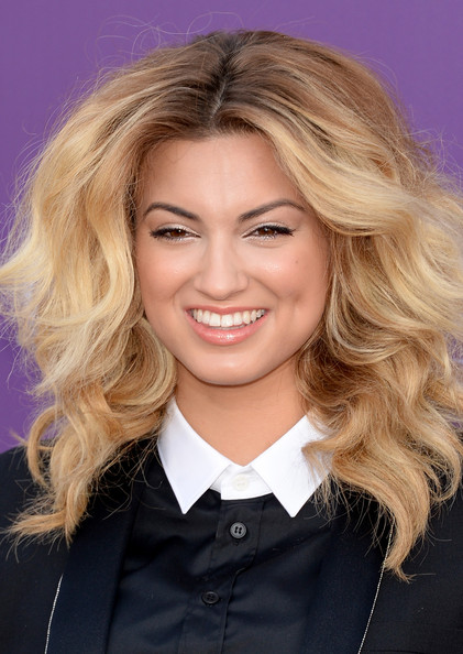 More Pics of Tori Kelly Metallic Clutch (5 of 11) - Tori Kelly Lookbook - StyleBistro [hair,blond,face,hairstyle,eyebrow,chin,hair coloring,layered hair,long hair,forehead,arrivals,tori kelly,las vegas,nevada,mgm grand garden arena,academy of country music awards]