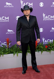 Jason Aldean chose a sleek contemporary suit for his monochromatic look at the ACM Awards.