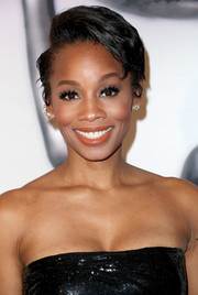 Anika Noni Rose wore her short hair in a teased, side-parted style at the 2017 NAACP Image Awards.