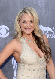 Leah Turner wore her hair down with gentle waves during the ACM Awards.