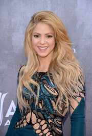 Shakira sported sexy mermaid hair at the ACM Awards.