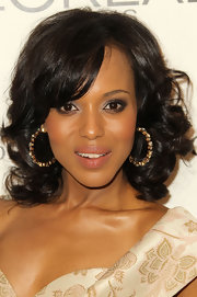 Kerry Washington paired her bouncy curls with gold and diamond hoop earrings.