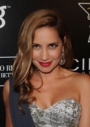 Daya gave her natural look a boost with vibrant red lipstick.