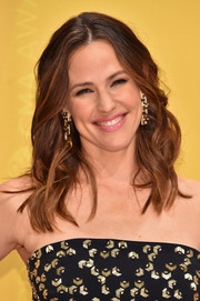 Jennifer Garner wore her tresses down to her shoulders in piecey waves during the CMA Awards.