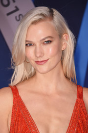 Karlie Kloss sported a casual yet stylish straight hairstyle at the 2017 CMA Awards.