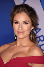 Jessie James Decker looked oh-so-pretty with her loose ponytail at the 2017 CMA Awards.