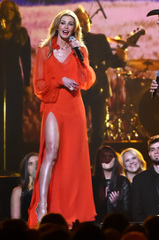 Faith Hill gave us an eyeful of leg in this high-slit crimson gown while performing at the 2017 CMA Awards.