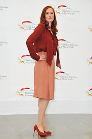 Audrey Fleurot's coral knee-length skirt and brick-red blouse were a charming combination.