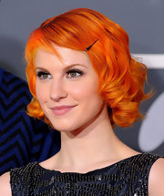 Hayley looked adorable with a vibrant, curly bob accessorized with a simple black bobby pin.
