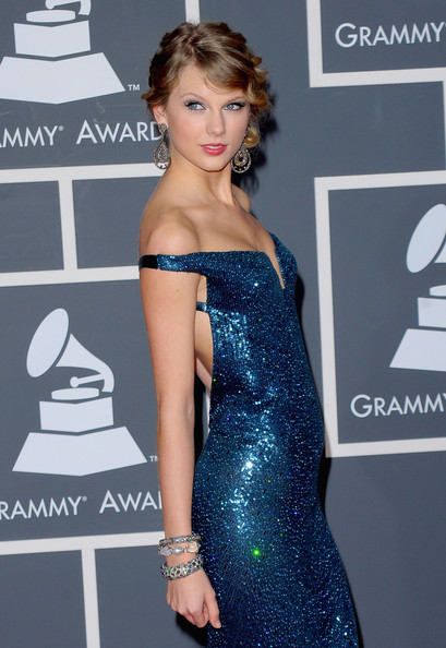 More Pics of Taylor Swift Dangling Diamond Earrings (1 of 26) - Taylor Swift Lookbook - StyleBistro