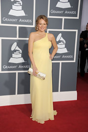 At five months pregnant, Jewel was glowing in a soft yellow evening gown at the Grammy Awards.