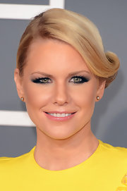 Carrie Keagan's false eyelashes added some va-va-voom to her glamorous red carpet look at the 2013 Grammys.