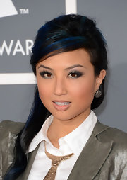 Jeannie Mai looked cute at the Grammys with this blue-streaked half-up half-down side sweep.
