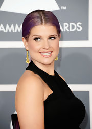 Kelly Osbourne traded in her rocker duds for a sleeker look at the Grammys, especially with a sleek, center part ponytail.