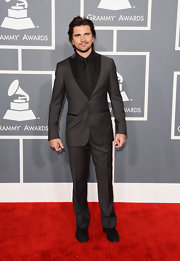 Juanes looked cool and classy in a two-toned black and charcoal gray tux at the 2013 Grammys.