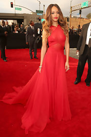 Rihanna looked absolutely flawless in this jaw-dropping red gown on the Grammy red carpet.