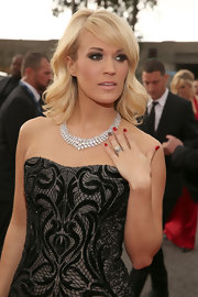 Carrie Underwood showed off her classic elegance with a simple diamond necklace at the 2013 Grammy Awards.