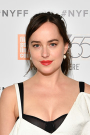 Dakota Johnson went for classic styling with a pair of pearl drop earrings by Mizuki.