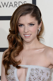 Anna Kendrick looked sweet and gorgeous at the Grammys with her curly side sweep.