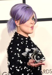 Kelly Osbourne showed off a funky crystal-studded fish clutch at the Grammys.