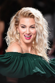 Tori Kelly rocked a voluminous curly 'do at the 2017 Grammys.