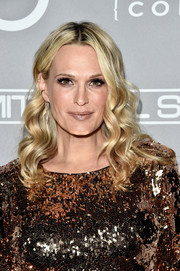 Molly Sims wore her hair down to her shoulders in a gorgeous wavy style during the Baby2Baby Gala.