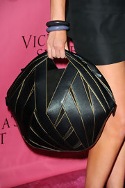 Kathryn Eisman showed off her interesting tote bag while walking the red carpet. The geometric pattern and shape made it a stand out piece.