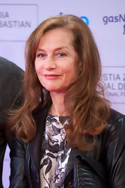 Isabelle Huppert kept it classic with a wavy 'do at the 'As Linhas De Torres' photocall.