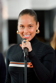 Alicia Keys wore her hair in a classic croydon facelift at the Grammy Awards red carpet roll out.