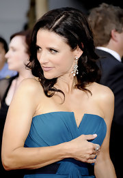 Julia Louis-Dreyfus topped off her ultra-elegant Emmys look with a pair of diamond chandelier earrings.