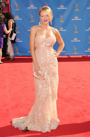Jewel looked stunning in a strapless blush tone gown which she paired with a sleek side parted bun.