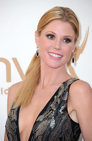 Julie Bowen wore a neutral palette of eyeshadow to the 63rd Emmys. While the colors were soft and silvery beige, her eyes were no less impactfull. Lots of shading and contouring created her dramatic eye makeup look.