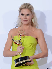 Julie Bowen's stunning half-up, half-down 'do at the 2012 Emmy Awards deserved an award all on its own.