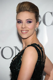 Scarlett looked stunning with dramatic eyeshadow and a classic french twist with added volume on top.
