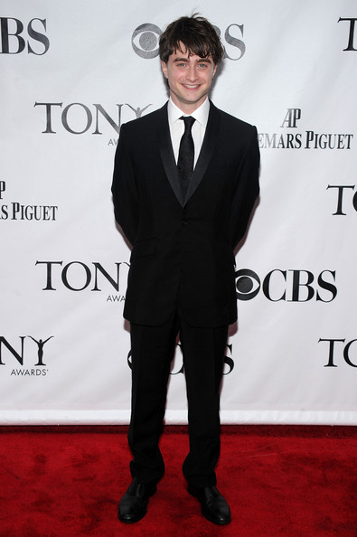 Daniel looked super chic in a black tuxedo while hitting the Tony Awards.