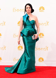 Laura Prepon was all about modern glamour at the Emmys in an emerald and teal Gustavo Cadile one-shoulder gown with a structured bodice and a peplum waist.
