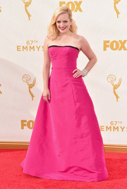 Elisabeth Moss made us go weak in the knees with this magenta Oscar de la Renta strapless gown she wore to the Emmys.