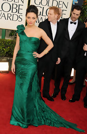Mila Kunis stepped out at the Golden Globe Awards in stunning one-shouldered forest green Vera Wang gown.