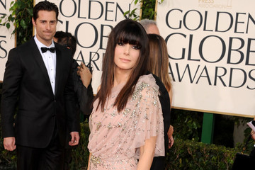 Sandra Bullock Shimmers in a Jenny Packham Gown at the Golden Globes 2011
