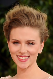 Scarlett always looks gorgeous on the red carpet. At the 2011 Golden Globe Awards she kept up her alluring look with natural makeup and soft pink lips.