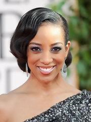 Shaun Robinson shimmering at the 2011 Golden Globes in metallic silver shadow. Kohl lined eyes made her look pop.